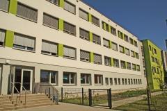 Rückseite mit Schulgarten und hinterem Eingang