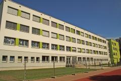 Rückseite mit Schulgarten und Laufbahn