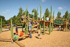 Schulhof mit abwechslungsreichen Spielgeräten aus Holz